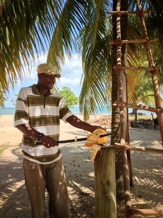 Lebeha Drumming Center & Cabanas : Jabbar opening the coconuts