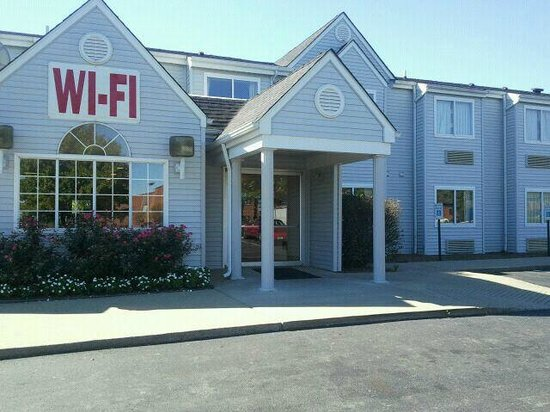Microtel Inn by Wyndham Lexington: OUR FRONT ENTRANCE