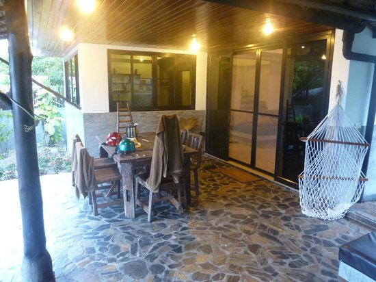 Koh Tao Heights Boutique Villas:                   Outdoor dining area.