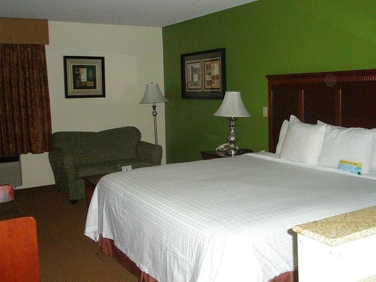 Days Inn & Suites Wichita: Large bed, loveseat