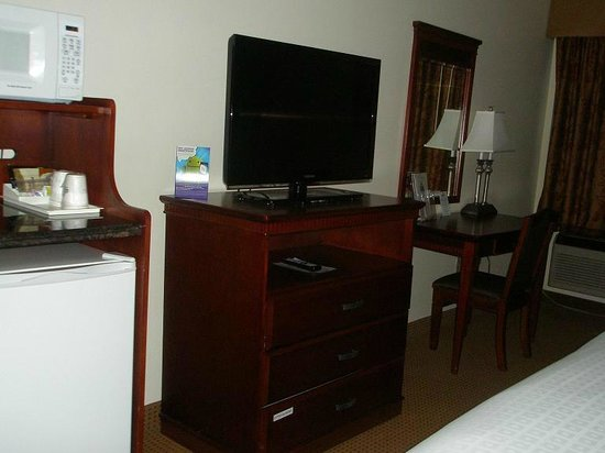 Days Inn & Suites Wichita: Microwave, fridge, TV, Desk