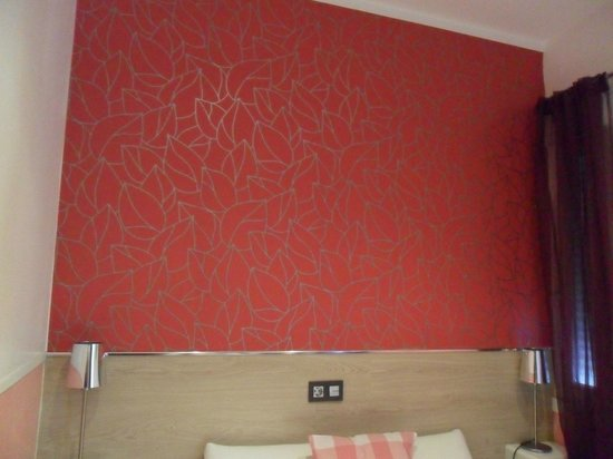 Hostal Madrid Inn: Pared del cabecero