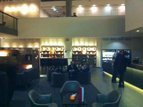 DoubleTree by Hilton Hotel London -Tower of London:                   Hotel lobby / bar
