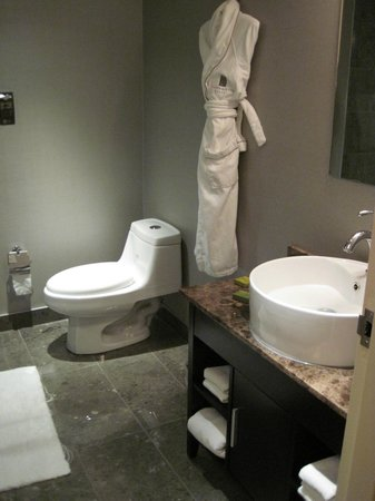 Grande Rockies Resort: Bathroom in standard room, king, (boutique rooms across street from main lobby)