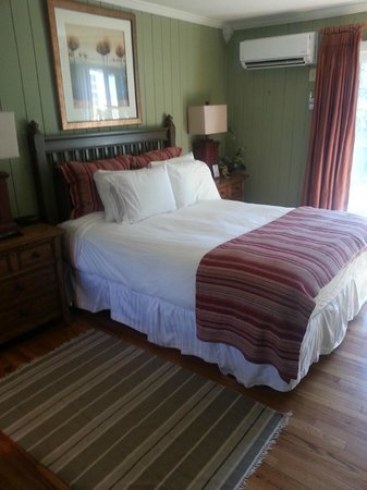 Village Inn of Blowing Rock:                   Bed
