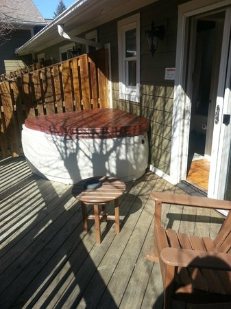 Village Inn of Blowing Rock :                   Private patio and hot tub