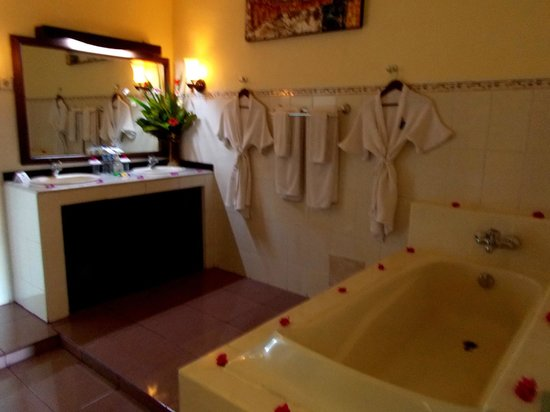 Bali Paradise Hotel Boutique Resort: Bathroom