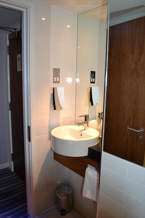 Holiday Inn Express London City: Lavabo bagno