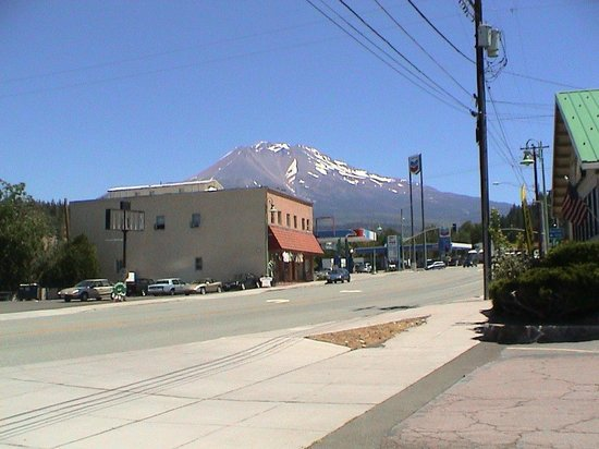 Weed, Kalifornia:                   Wide View of Mount Shasta from the Subway parking lot