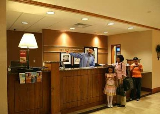 Hampton Inn &amp; Suites College Station / US 6-East Bypass: Welcome Desk