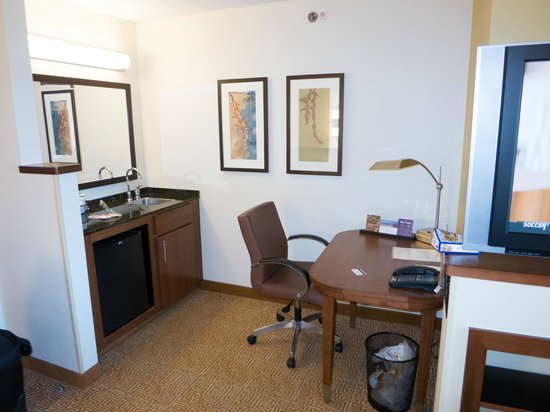 Hyatt Place Mt. Laurel: Desk/kitchenette area
