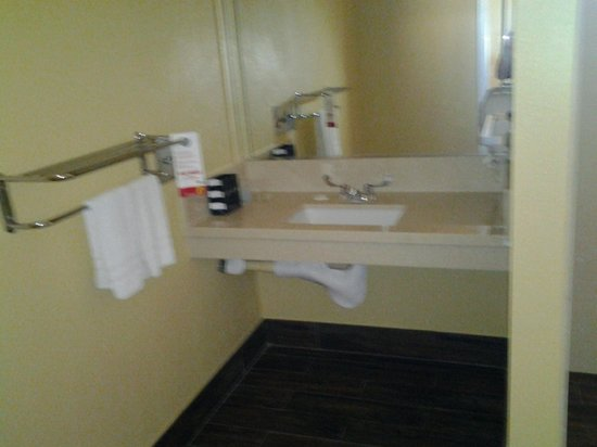 Super 8 Motel Los Angeles Downtown: Vanity section in Handicap bathroom