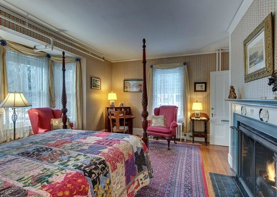 Hawthorne Inn: Emerson Room