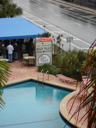 Fort Lauderdale Beach Palace Hotel & Suites:                   Pool and bar area