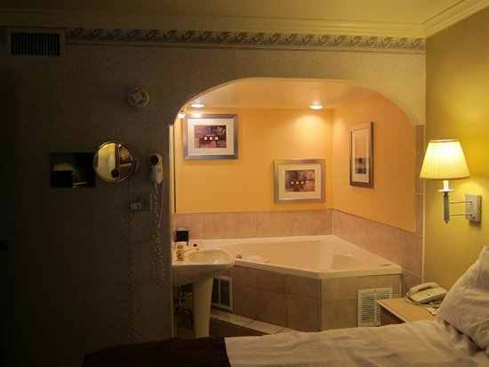 BEST WESTERN PLUS InnSuites Tucson Foothills Hotel & Suites: Looking at the Jacuzi tub from the sleeping area