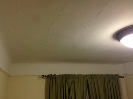 Hotel Deauville: The ceiling is covered with nightmarish cracks!