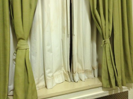Hotel Deauville: Dirty, old curtains. From the window the wind blows.