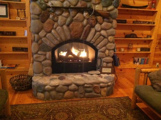 Mountain Springs Lodge: fireplace turns of with switch, faux rock?  northwest room