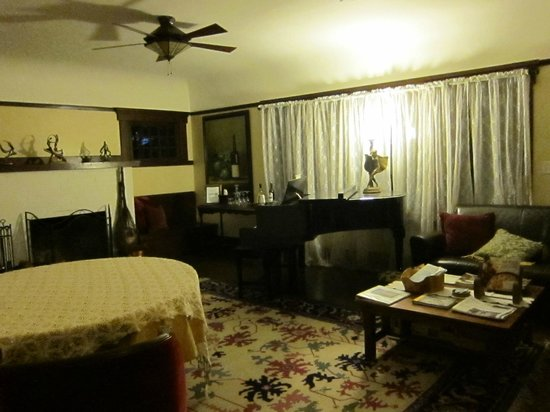 The Craftsman Inn: Living room area