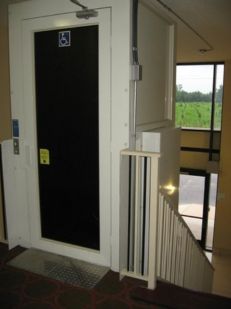 Holiday Inn Fayetteville I-95 South: Handicap Lift / Elevator (1 of 2 in hotel, the other one is a real elevator)