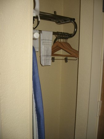 Holiday Inn Fayetteville I-95 South: Very small closet with original coat rack from the 70&#39;s