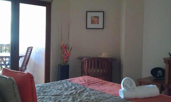 Hibiscus Gardens Spa Resort:                   Sleeping area - writing table and chair