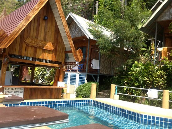 Golden Hill Bungalows:                   Golden Hill poolside, looking at the best rooms