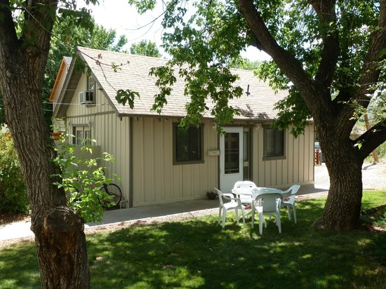 Comfi Cottages of Flagstaff: The Loft (919C Beaver) Cottage Front and Yard