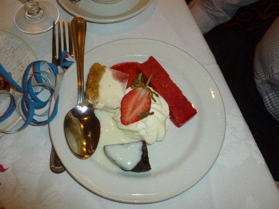 Carrickdale Hotel: Our DELICIOUS dessert (3 mini)