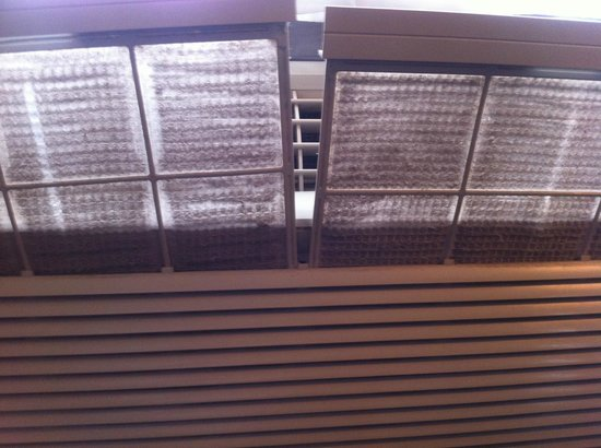La Quinta Inn & Suites Ashland:                   never cleaned air conditioner filters