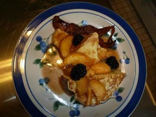West End Inn: Pain de mie French Toast with fresh peaches and blackberries