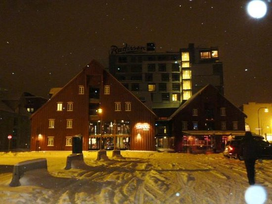 Radisson Blu Hotel, Tromso:                   hotel at night