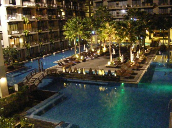 Baan Laimai Beach Resort:                                     night view - LED lights from the palm trees