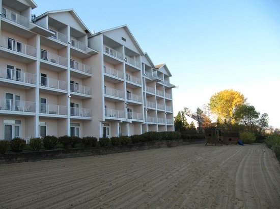 Cherry Tree Inn &amp; Suites : Lake side view of rooms and beach area 