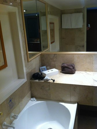 Novotel Sydney Brighton Beach:                   Bathroom - tired and in need of upgrade