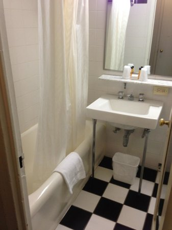 Hotel Pennsylvania New York:                   Bathroom