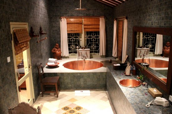salle de bain baignoire en cuivre picture of hotel tugu lombok lombok tripadvisor. Black Bedroom Furniture Sets. Home Design Ideas