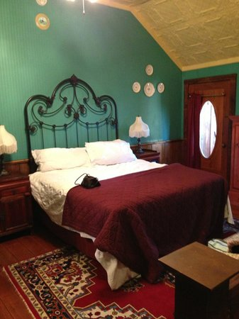 Gruene Mansion Inn Bed &amp; Breakfast:                   Upstairs bedroom of Harriet Haus #25