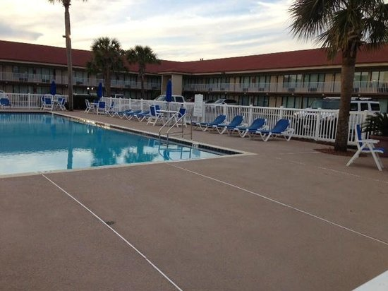 Days Inn &amp; Suites Amelia Island: pool/grounds