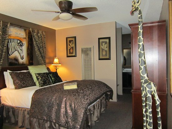 Alder Inn: Room with a giraffe