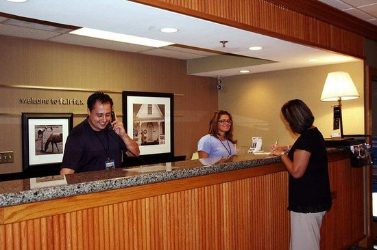 Hampton Inn Fairfax City: Front Desk