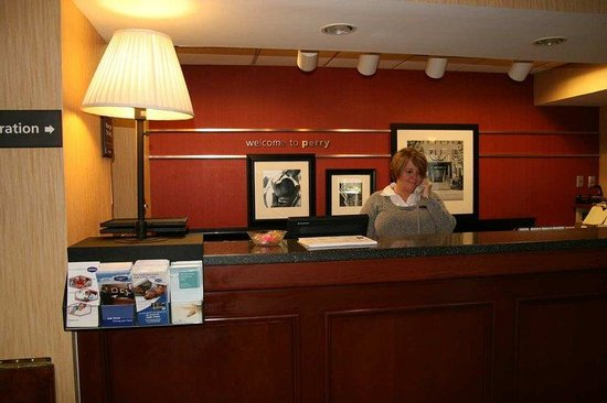 Hampton Inn Perry: Front Desk