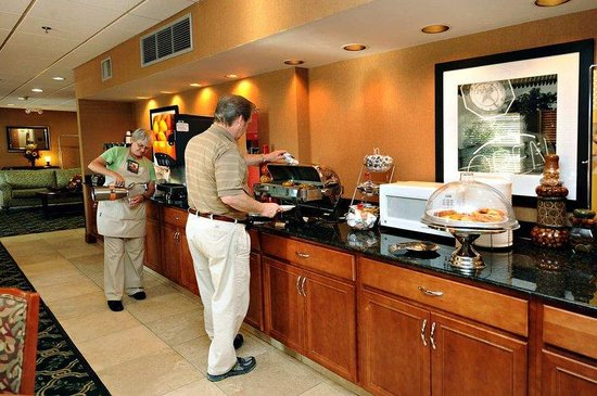 Hampton Inn Auburn: Breakfast Serving Area