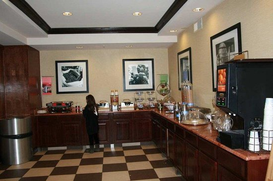 Hampton Inn Brattleboro: Breakfast Area