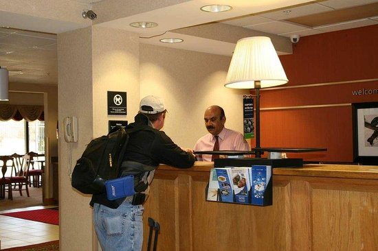 Hampton Inn Laurel: Front Desk