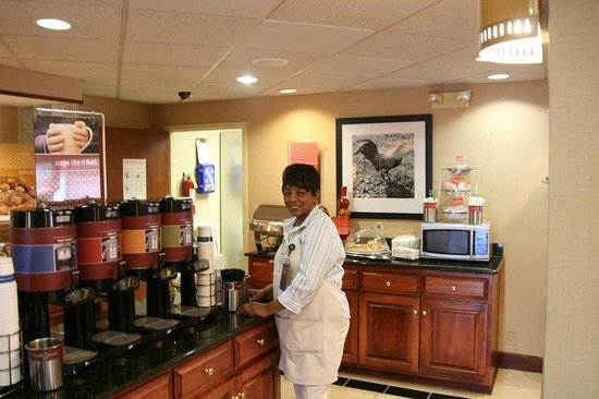 Hampton Inn Cordele/Vienna: Breakfast Bar and Hostess