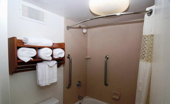 Hampton Inn Monroe: Rejunivated Guest Bath