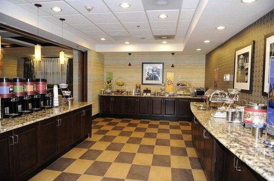 Hampton Inn Monroe: Breakfast area with Waffle and Fruit Station
