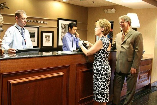 Hampton Inn and Suites Leesburg: Front Desk