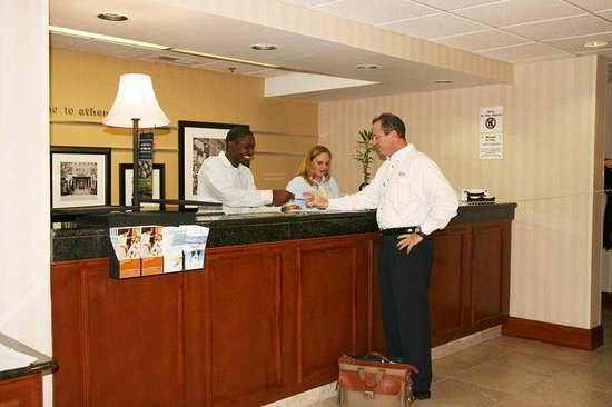 Hampton Inn Athens: Front Desk